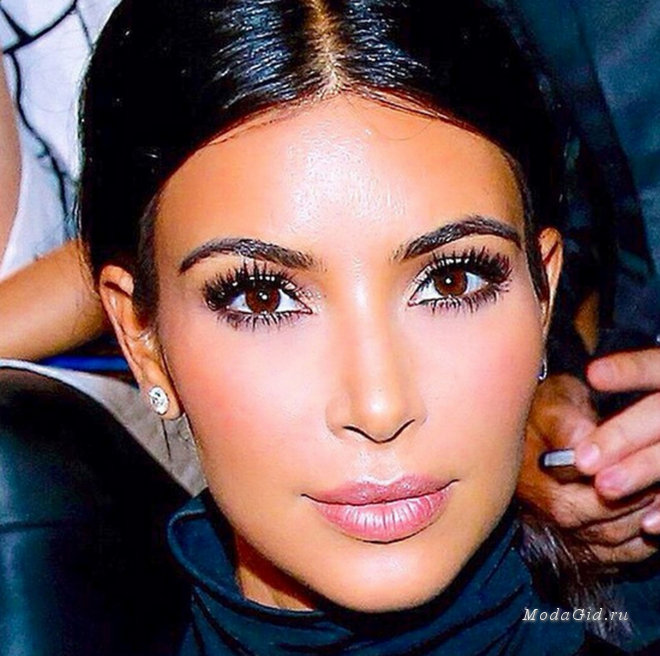 large_kim-kardashian-highlighter-cupids-bow-makeup-trick-main.jpg