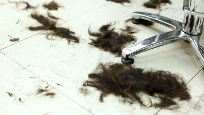 Остриженные волосы должны собираться в закрытые емкости, которые устанавливаются в подсобном помещении.