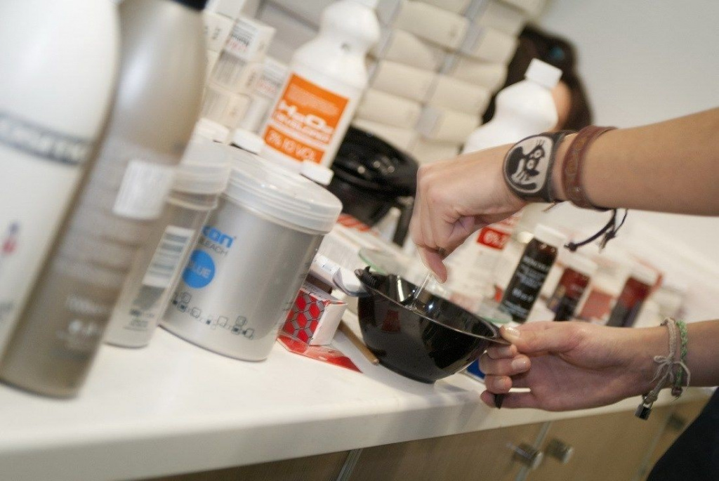 бытовыми и профессиональными красками для волос