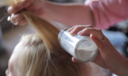 Сухой шампунь – это средство для освежения укладки, чье главное назначение – абсорбирование выделений сальных желез кожи головы».